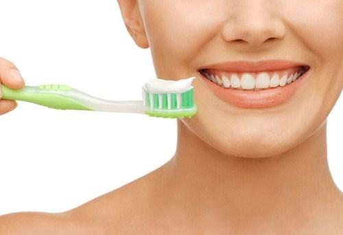 Trộn kem đánh răng và bột trà xanh để làm trắng răng