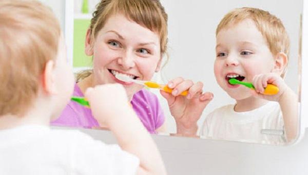Cùng tạo một cuộc thi đánh răng với bé