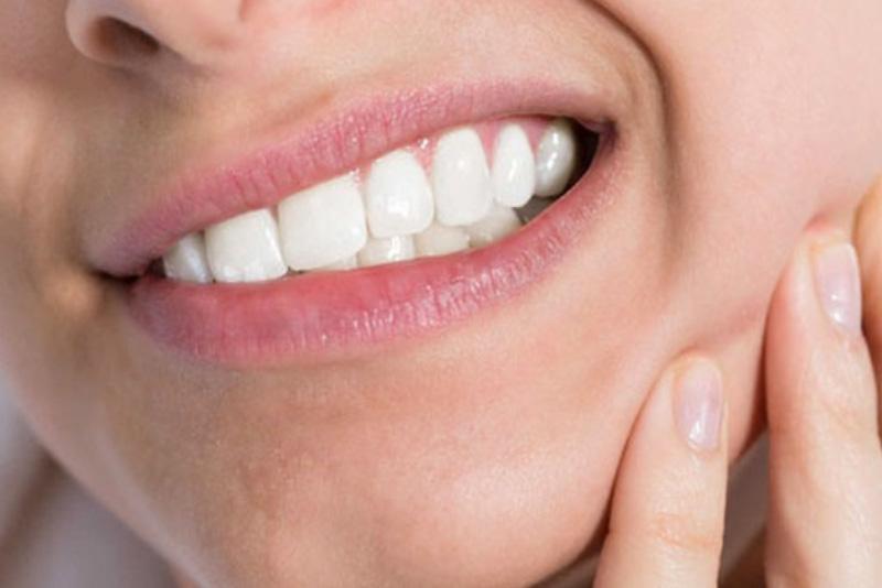 Răng bị đau buốt liên hồi là một trong những dấu hiệu tủy bị viêm