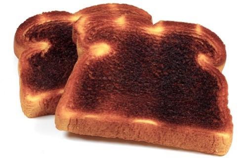 Dùng bánh mì cháy để đánh răng sẽ giúp hàm răng trắng sáng hơn