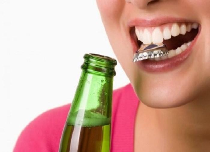 Nhai cắn quá mạnh, thực phẩm quá dai cứng là nguyên nhân khiến răng sứ bị bung bật