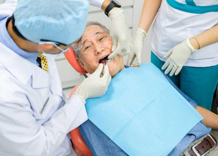 Bác sĩ sẽ thực hiện kiểm tra tổng quát sức khỏe răng trước khi tiến hành trồng Implant