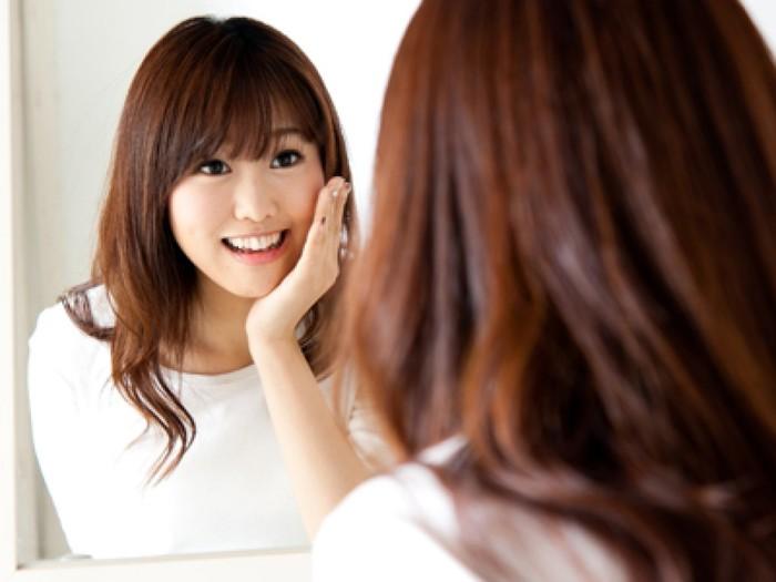 Hãy luyện cười trước gương hàng ngày để có thể tự tin khi mỉm cười nhé!